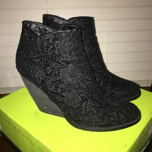 Very Volatile Blk Lace Wedge Booties sz 8.5